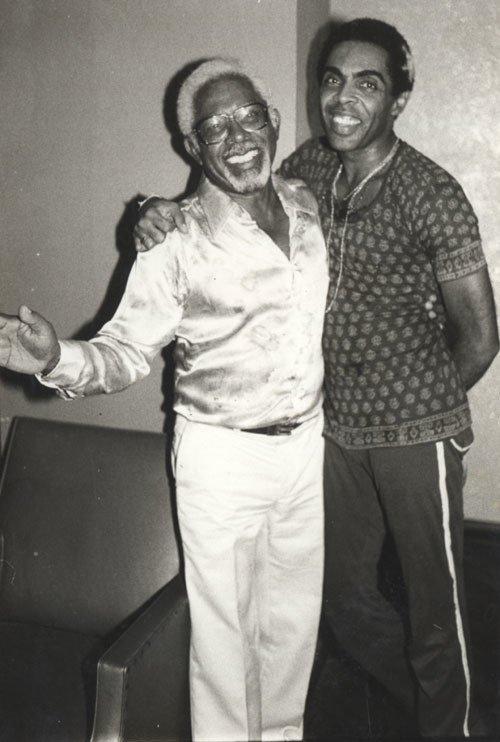 Com essa foto de Gil e seu pai, seu José, desejamos a todos um feliz dia dos pais. Já deu aquele abraço no seu pai hoje? Corre lá! #EquipeGil  Foto: Geraldo Fortin