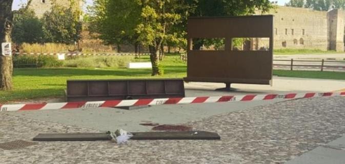 """Matteo Pedrazzoli, 14 anni, è morto schiacciato da una panchina """"girevole"""" mentre stava giocando con gli amici ai giardinetti.La struttura, montata su un perno, pesava circa 8 quintali. Sarebbe stato proprio il perno a cedere. #10Agosto #Mantova  http:// www.ilsecoloxix.it/p/italia/2018/08/11/ADYUQ15-schiacciato_giardinetti_girevole.shtml  - Ukustom"""