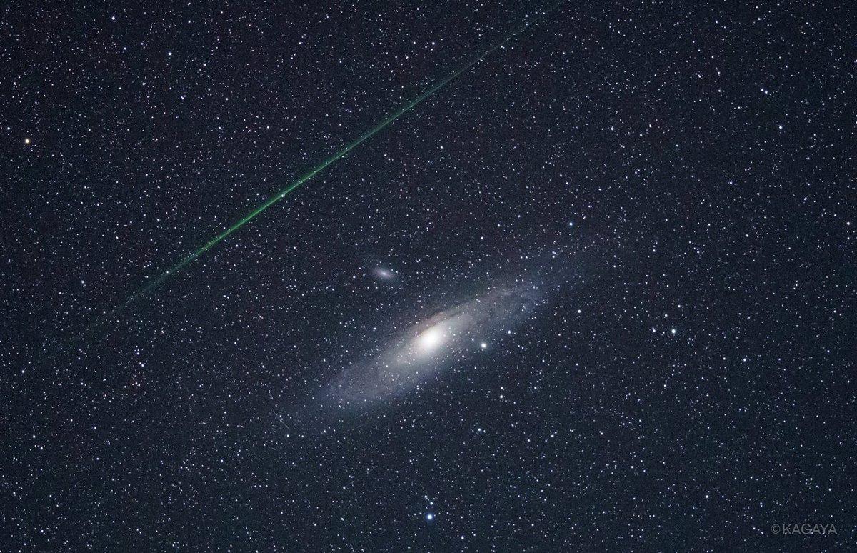 アンドロメダ銀河とペルセウス座流星群の流星。 望遠レンズ使用。赤道儀を使って一晩何百コマか撮影し続けるとこの画角でも狙い通りの場所に流星が入ることがあります。が、とてもラッキーでした。 (昨夜山形県にて撮影)