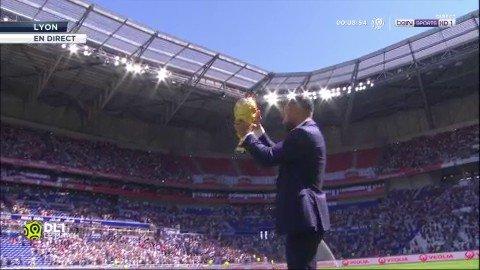 Le trophée de le Coupe du Monde est présenté par Nabil Fekir au public du Groupama Stadium !#OLASC  - FestivalFocus
