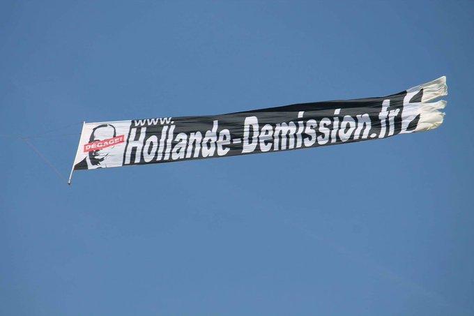 Banderole ✔️ Avion ✔️ #Hollande2022 ? On est prêts 🇫🇷 Photo