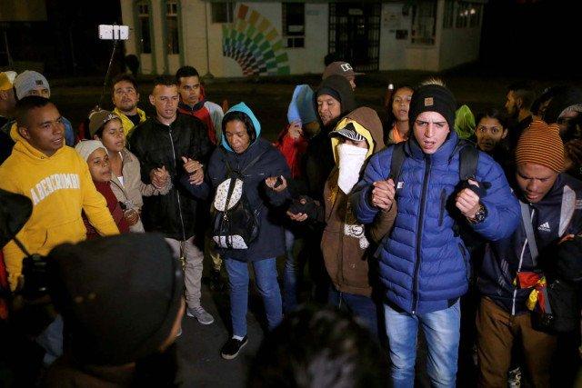 """Venezolanos varados en el puente Rumichaca, frontera entre Ecuador y Colombia piden """"ruta humanitaria"""" para avanzar hacia Perú, donde se encontraron con nueva exigencia de pasaporte, anunciada por sorpresa el jueves y que entró en vigor el sábado. Foto: REUTERS / Luisa González."""