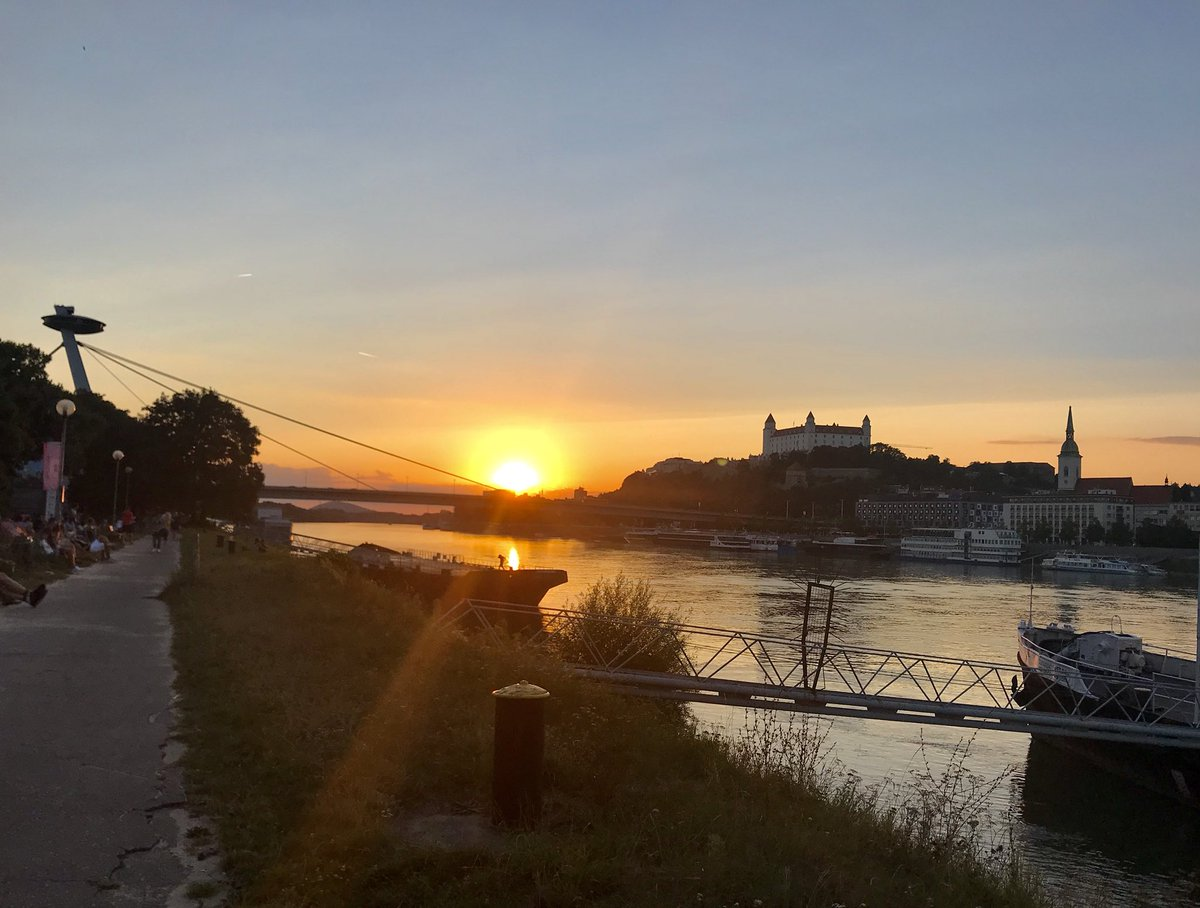 The moment of #SundaySunsets captured over #Bratislava castle.... is spectacular!    @RoarLoudTravel @always5star @jpcacho<br>http://pic.twitter.com/PRlhiWsukk