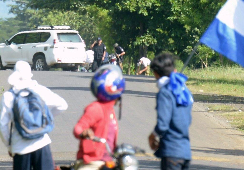 #ÚltimoMinuto El comisionado Ramón Avellán dirige ataque a balazos  de paramilitares y policías en contra de autoconvocados que pretendían llegar en caravana a Masaya. Detalles en breve >>  https://t.co/KzQ7NksY4u#SOSNicaragua