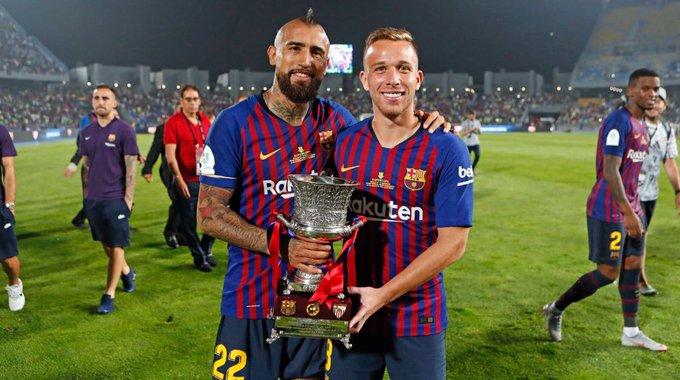 🇨🇱 ¡PRIMER TÍTULO COMO CULÉ! @kingarturo23 levantó la Supercopa de España con el Barça tras vencer al Sevilla. Foto