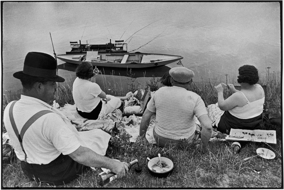 Sunday on the Banks of the Seine. #ICPTheDecisiveMoment Henri Cartier-Bresson, France, 1952  http:// bit.ly/2rq8hlw  &nbsp;   (@MagnumPhotos / @FondationHCB)<br>http://pic.twitter.com/7f9TlKp5zb