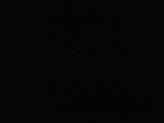 Faites un zoom avant, vous verrez la planète Mars. Ne me remerciez pas 😬 Sinon j'ai déjà vu 3 #EtoilesFilantes J'ai fait des vœux pour nous 😘 Photo