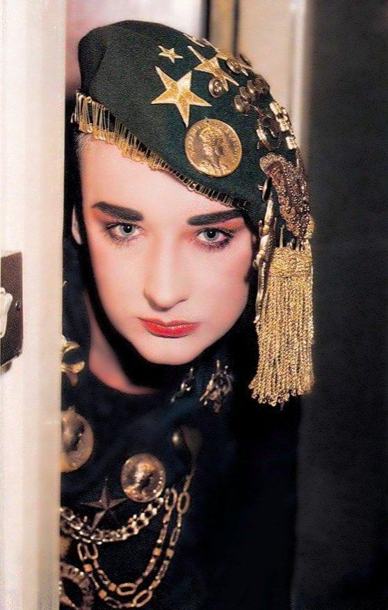 Uno dei miei stili preferiti di George! Adoro!!! Bellissimo! Foto restaurata da me!#boygeorge #cultureclub #boygeorgecommunity #boy #pins #gold #london #80s #newwave #music #singer #perfection #makeup #myidol #sold #keepmeinmind #freedom #hat #pins  - Ukustom