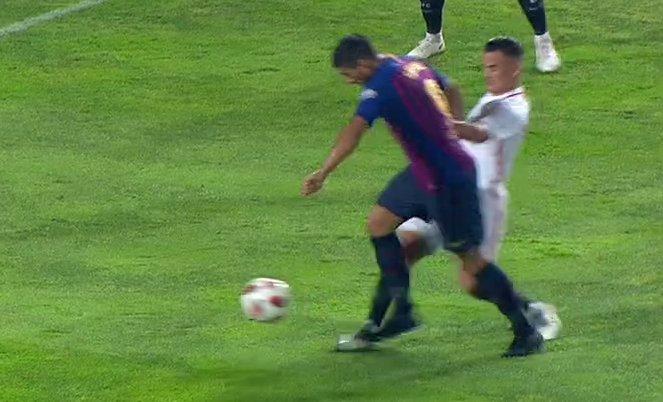 PIDE PENALTI Luis Suárez por esta entrada de Roque Mesa. Minuto 58. Sevilla 1-1 Barça. TODA LA POLÉMICA a las 23:56h en #ElChiringuitoDeMega Foto