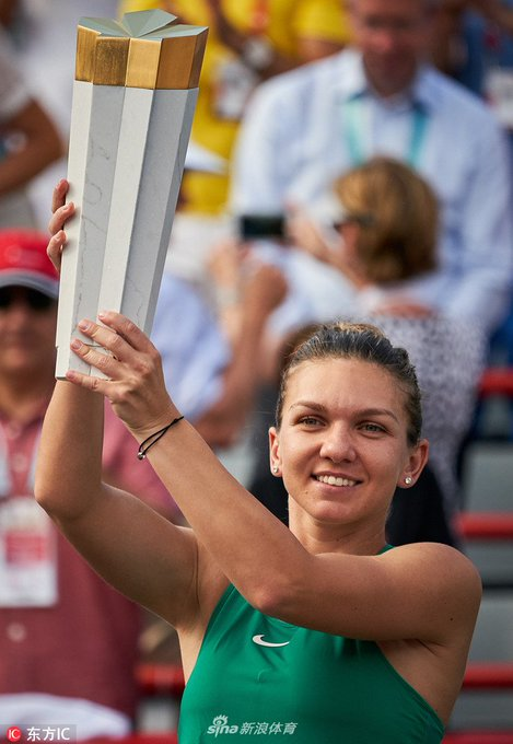 Pics of @Simona_Halep with her @CoupeRogers trophy! Source: Sina Sports #CoupeRogers Photo