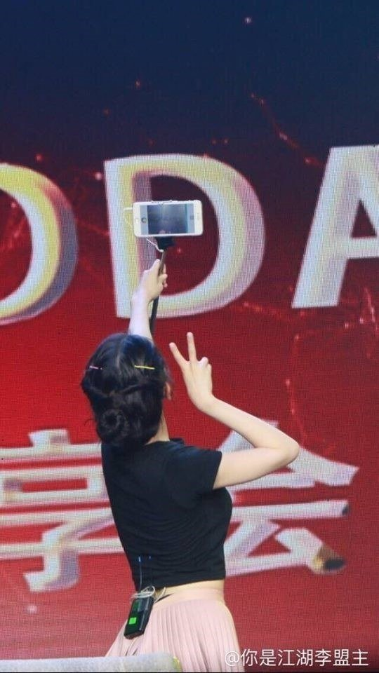 Netizens laugh at IU's cute misuse of a selfie stick https://t.co/miCthKUUq0 https://t.co/5x2APe2S0o