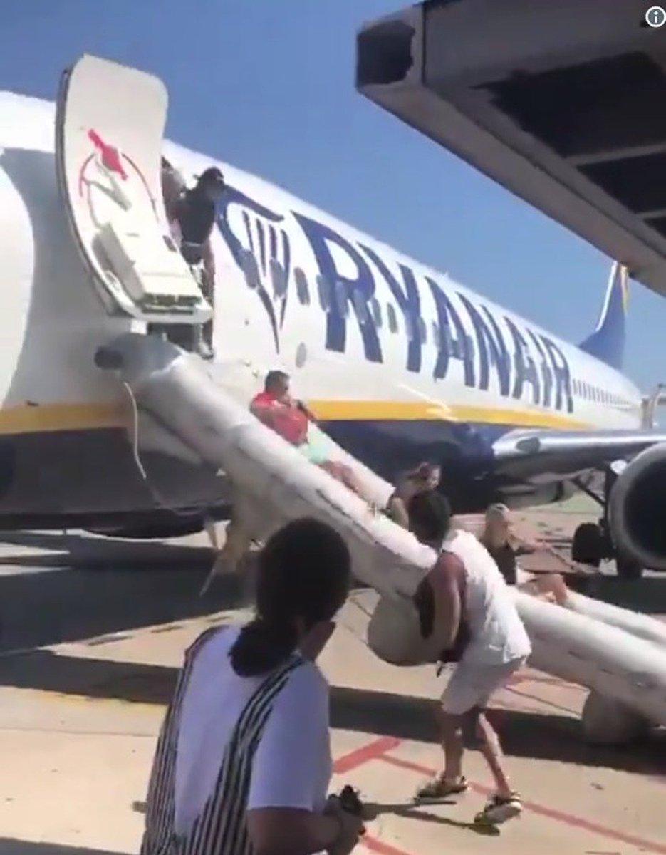 #Panico sul volo #Ryanair per #Ibiza: passeggeri evacuati con lo scivolo demergenza  https://goo.gl/7QQm3N  - Ukustom