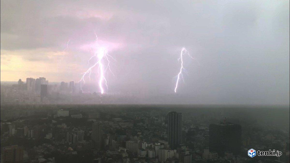 東京、池袋のサンシャイン60からの雨雲の様子です。 大雨や落雷に十分に注意してください。
