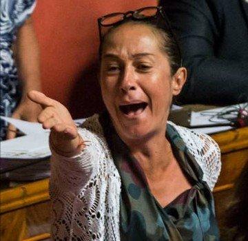La senatrice #Taverna fa il saluto al sole.#yoga #m5s #parlamento #13agosto  - Ukustom