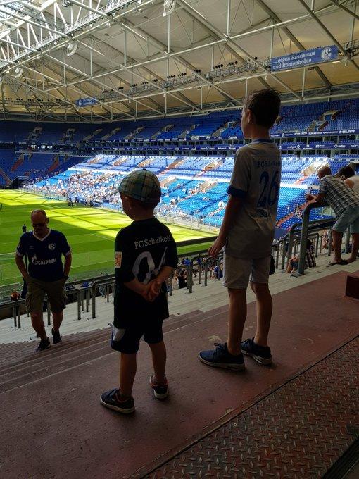 Danke #S04 für den tollen # mein 3 Jähriger Sohn könnte die Arena zum ersten mal live Foto