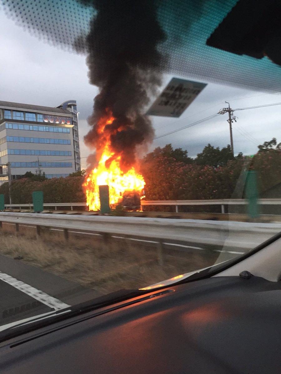 名神高速でキャンピングカーが炎上する火事の画像