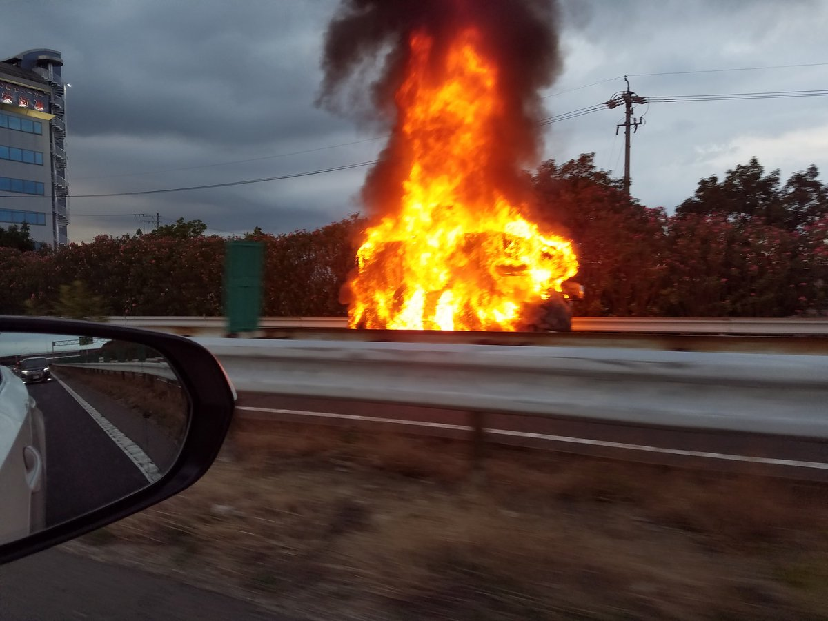 名神高速の岐阜羽島ICで車両火災の現場の画像