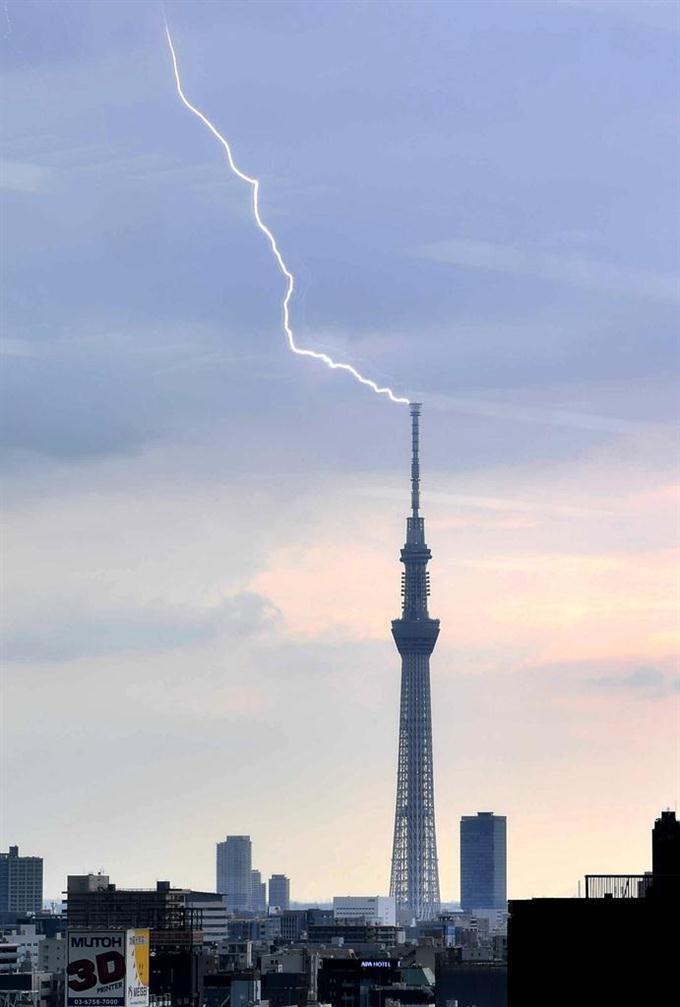東京スカイツリーにも落雷 #落雷 #ゲリラ豪雨 #カミナリ sankei.com/photo/daily/ne…
