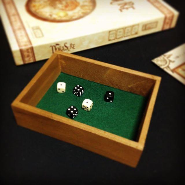 test ツイッターメディア - 家にダイストレイが無かったので自作。 箱とフェルトが各108円のダイソートレイの出来上がり。  #ボードゲーム #boardgames #ダイス #dice #ダイストレイ #dicetray #ダイソー https://t.co/W4eS3I6k4g