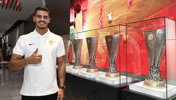🔗 O Milan emprestou o português André Silva (22) ao Sevilla até o fim da temporada. No clube Rossonero, o atacante marcou 10 gols em 40 partidas. Foto