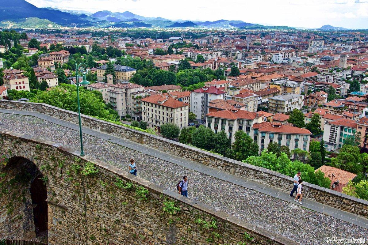 #Destinazioni Le mura di #Bergamo,Patrimonio dell'Umanità, sono lunghe  5,3 km e permettono di ammirare 5 porte, 2 polveriere, 14 baluardi, 2 cannoniere,2 piattaforme#VoladaOlbia a #Bergamo con #AirItaly e #Volotea Prenota: http://bit.ly/Bookyourflight  - Ukustom