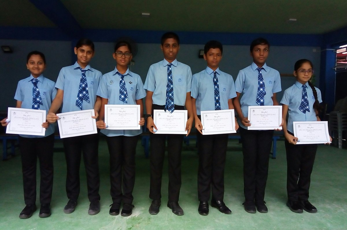 Awarding badges to students who completed &quot;Marhaba Ramadan program&quot; @EducationMV  @aishathshiham  @HassanM56819295<br>http://pic.twitter.com/M4g1SZNeQU