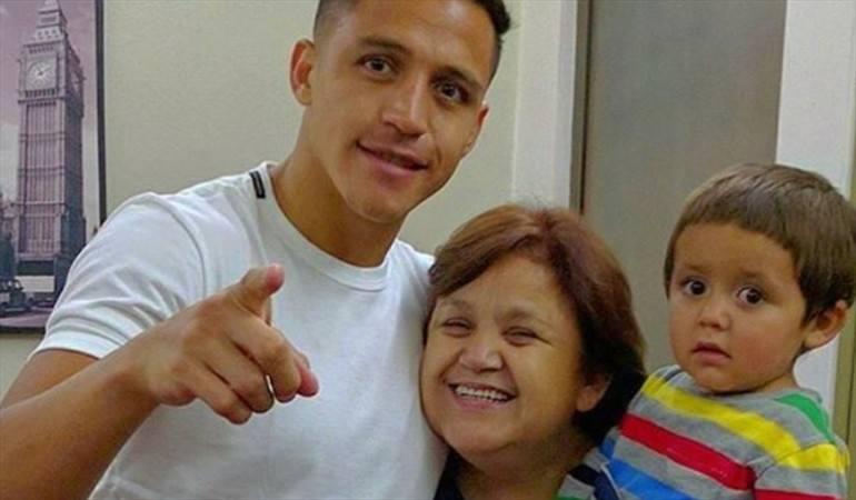 Alexis Sanchez : 'Je lavais des voitures pour acheter des crampons. J'ai dit à ma mère de ne pas s'inquiéter, que je deviendrai un grand joueur et que je ne nous sortirai de cette situation. Ma famille était si pauvre que le foot était une question de survie.  Le foot m'a sauvé'.