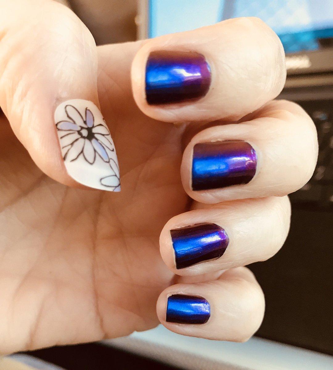 Real nails & one false nail :) #nailporn https://t.co/0HT0rUV677
