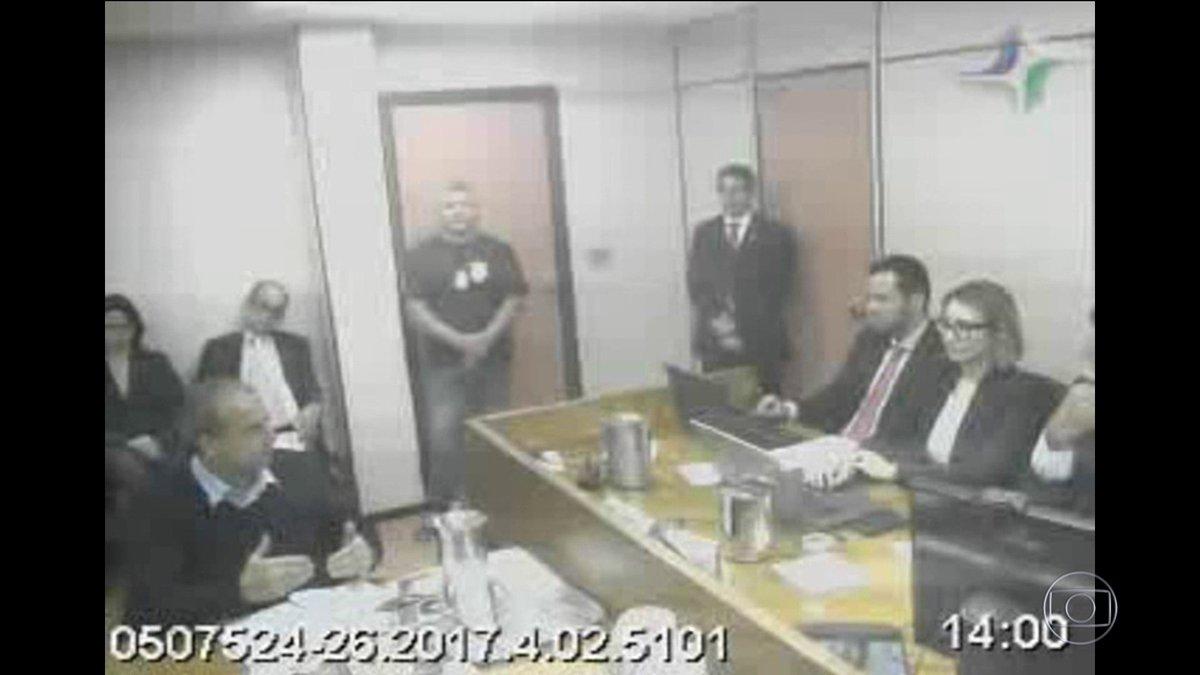 Sérgio Cabral admite que recebeu R$ 5 milhões de um dos maiores fornecedores do estado no governo dele. Cabral disse que era caixa dois, mas um ex-secretário dele desmentiu: https://t.co/thdvbXJl4z #JN