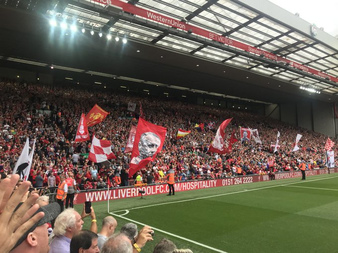 Anfield crowd was every bit as loud & passionate as expected in creating a cracking atmosphere. Also heard from & met #LFC legend @RayClem1 during pre-match lunch. An incredible experience every Australian-based Red needs to sample. Can't wait to return in a fortnight. #LIVWHU Foto