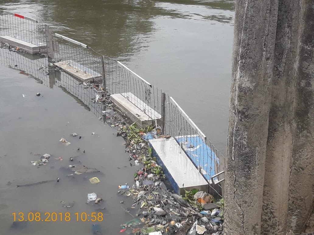 Puducherry PWD trapping plastic waste at the tail end of a city canal before it flows into the sea.  A measure not a day late.  Sharing for benefit of others. #SwatchhPuducherry @AshwaniKumar_92 #ProsperousPuducherry @HardeepSPuri @PMOIndia