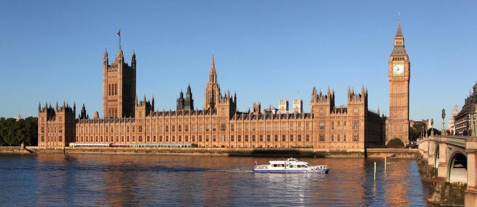 Londres: une voiture fonce sur les barrières de sécurité du Parlement https://t.co/rzE2ZUi3fv