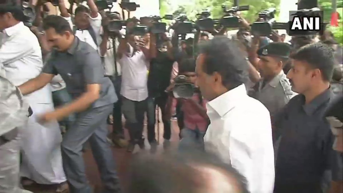 MK Stalin arrives for Emergency Executive Meeting - Huge Progress Expected