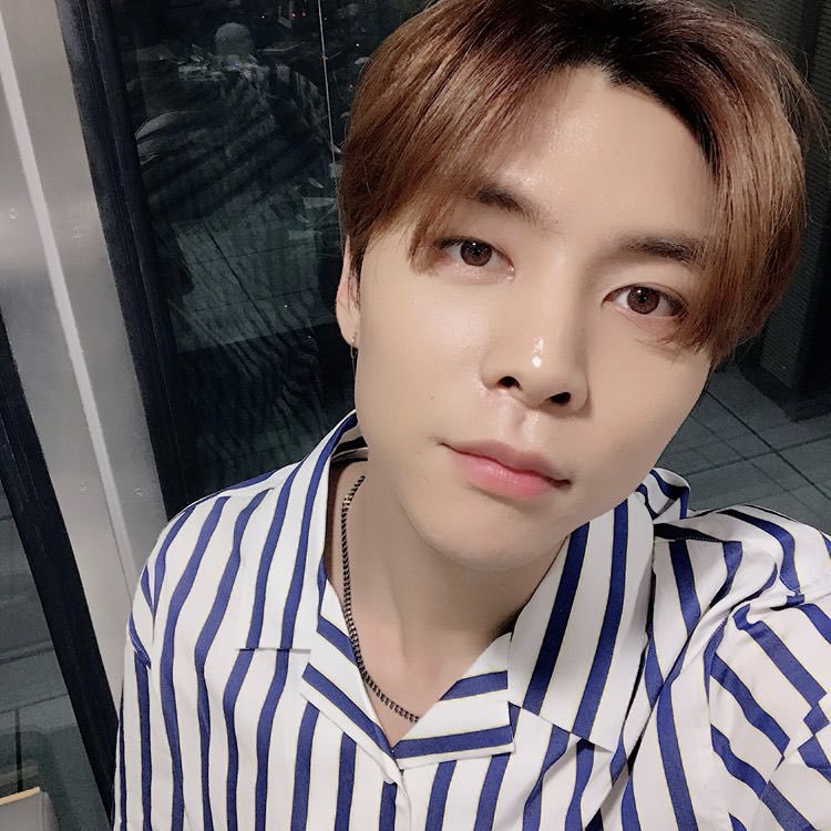 ma&#39;am, sir,  you ordered a warm and big-hearted &#39;95 liner born in chicago, a tall, nice and so damn good-looking man with hot brown hair in a white and blue stripes attire named seo youngho. <br>http://pic.twitter.com/qLDvjzfE9s