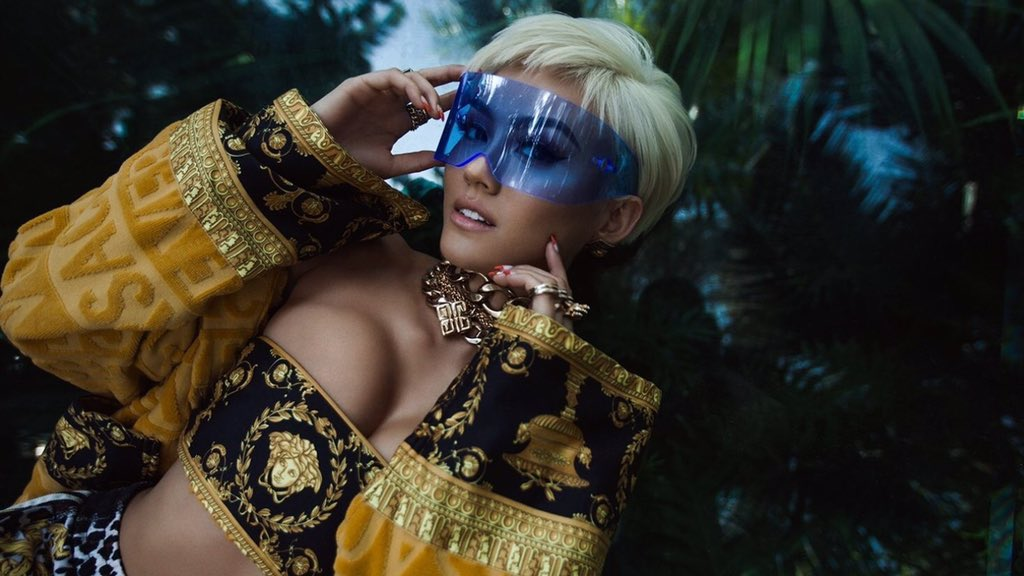Both of you are amazing women in the world of music, your role is very inspiring. And we hope both of you can collaborate for an extraordinary work.  Look at this picture  #AGNEZMOxNICKIMINAJ  @agnezmo @NICKIMINAJ  Nicki As a Queen  Agnez As a Fire <br>http://pic.twitter.com/t6GaeBwsLv