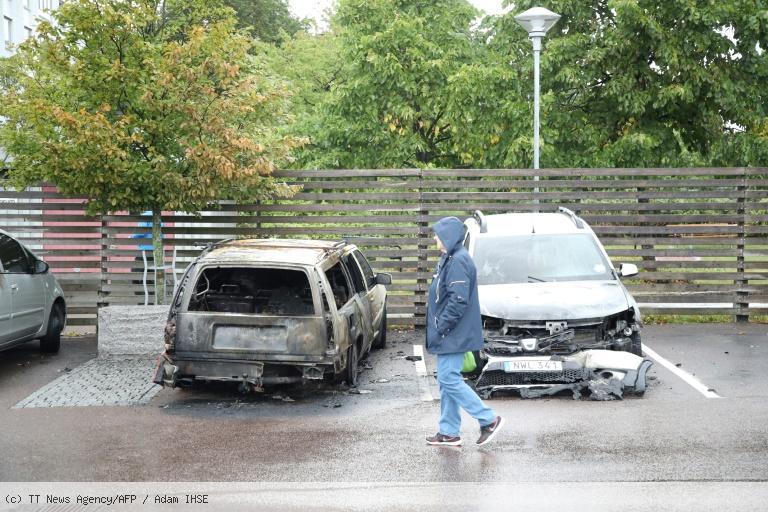 Suède: quelque 80 voitures brûlées à Göteborg, deux personnes arrêtées https://t.co/6NCC7QdWnO
