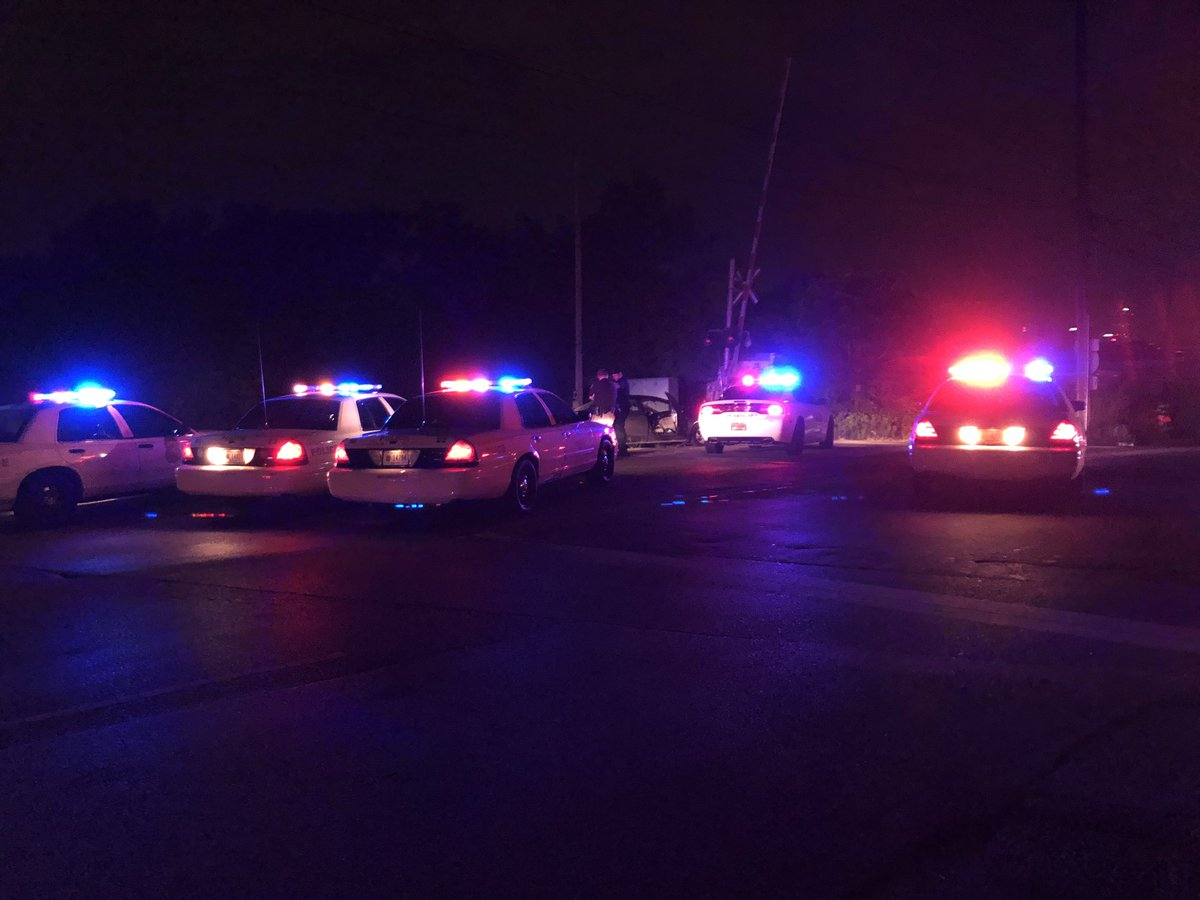 BREAKING NEWS: IMPD &amp; Sheriff's Deputies are working an active scene on Oliver Ave near Harding St on the near west side. No official word on what happened yet, but police have an active police permitter in the area. #NewsTracker #Daybreak8 <br>http://pic.twitter.com/eEKNaAp98V