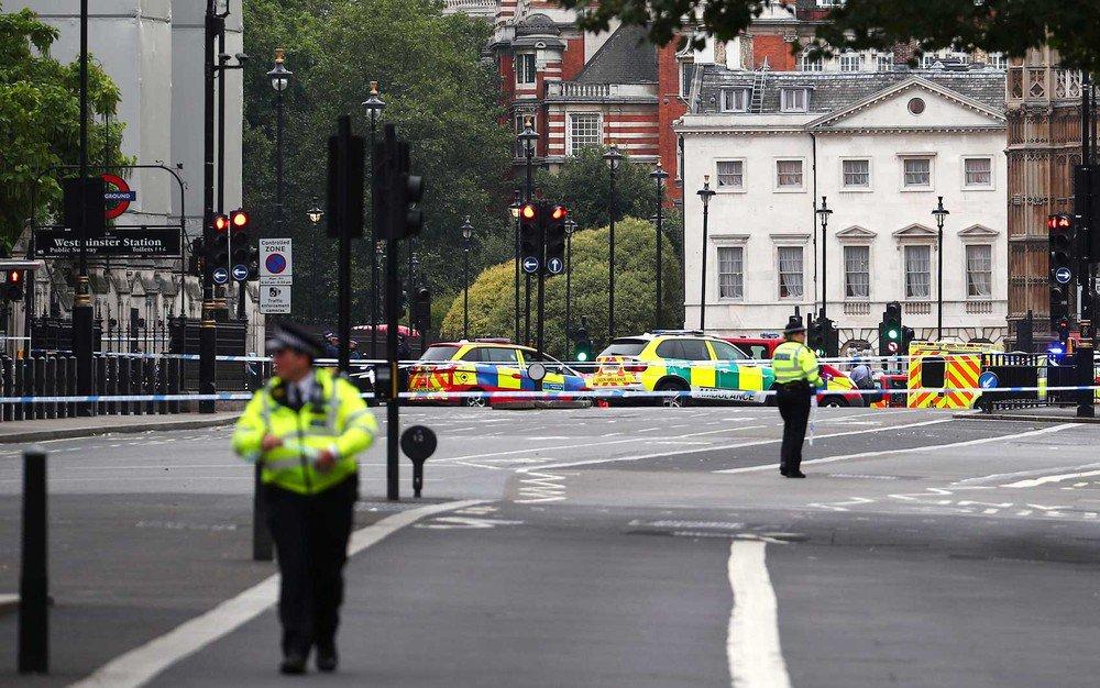 Colisão de carro em frente ao Parlamento britânico deixa feridos https://t.co/oxX8Z49MZw #G1