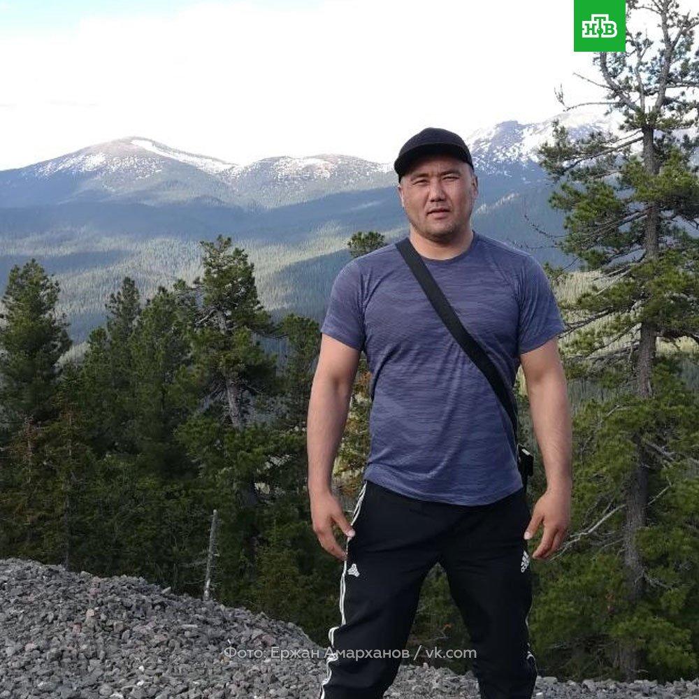 Это Ержан Амарханов. И он настоящий герой. В ночь с 4 на 5 августа в Алтайском крае он спас 48 человек из горящего автобуса, выбив заклинившую дверь. Ему 37 лет, у него 4 детей