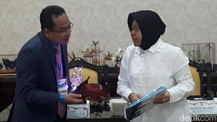 Bertemu Risma, Wali Kota di Kamboja Belajar Pengelolaan Lingkungan https://t.co/AOpS0RwySM https://t.co/zjnDKljyaa