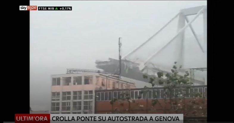 #UltimOra Crollo #ponte autostrada a #Genova, parte struttura precipitata per 100 metri. Verifiche su veicoli coinvolti #Canale50 http://sky.tg/direttaskytg24  - Ukustom