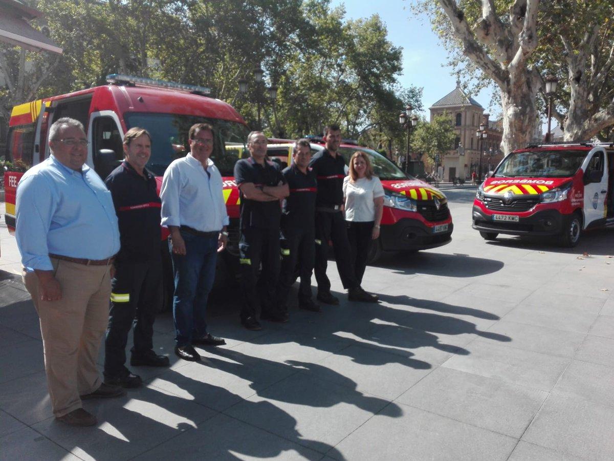 Presentación de los seis nuevos vehículos de los #Bomberos de #Sevilla que están equipados para el desarrollo de tareas como las de puesto de mando avanzado, apoyo al rescate en altura y también para labores logísticas @EmergenciasSev