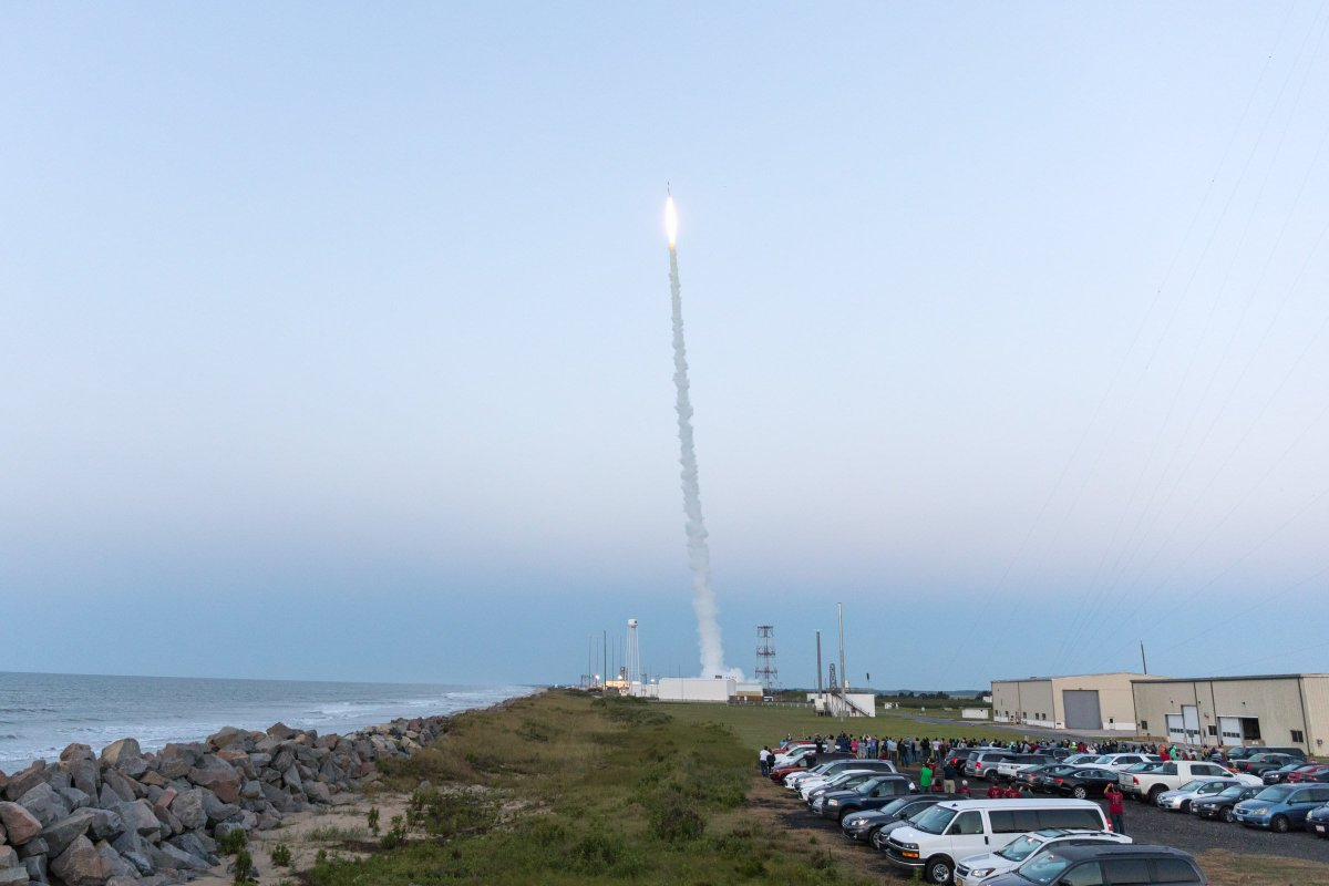 A sounding rocket successfully launched from Wallops Island, Virginia, at 6:13 a.m. EDT, carrying experiments and technology demonstration projects designed by university and community college students in the RockSat-X program. 📸: NASA/Allison Stancil