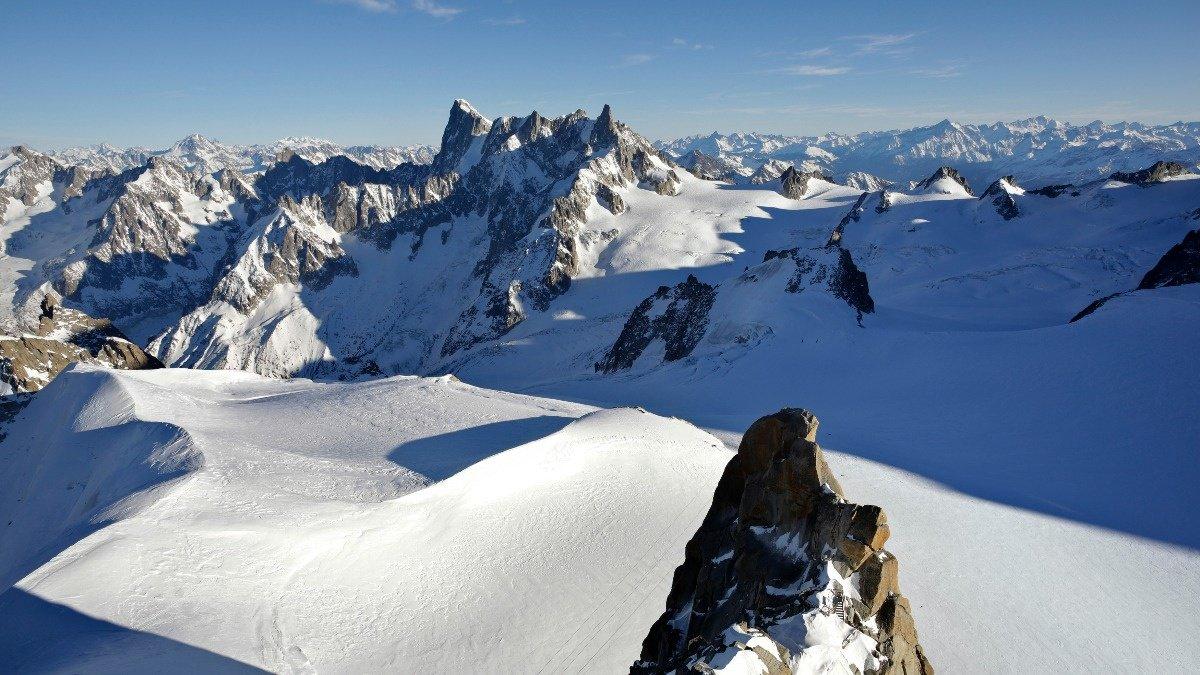 WATCH: Swiss mountaineer sets new speed record. Via @ReutersTV https://t.co/8fgchf69TL
