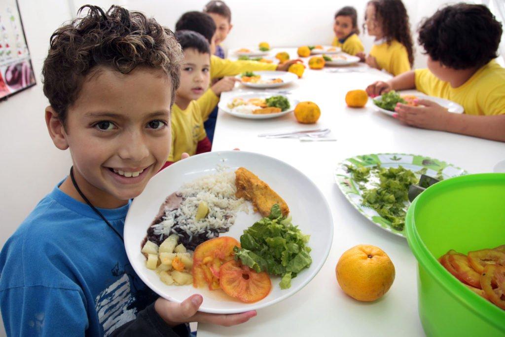 """O Brasil tem sido o """"espelho"""" para países africanos que querem implementar programas próprios de alimentação escolar. A avaliação é do diretor do Centro de Excelência contra a Fome, Daniel Balaban. Entenda: https://t.co/cD4gwV5feT"""