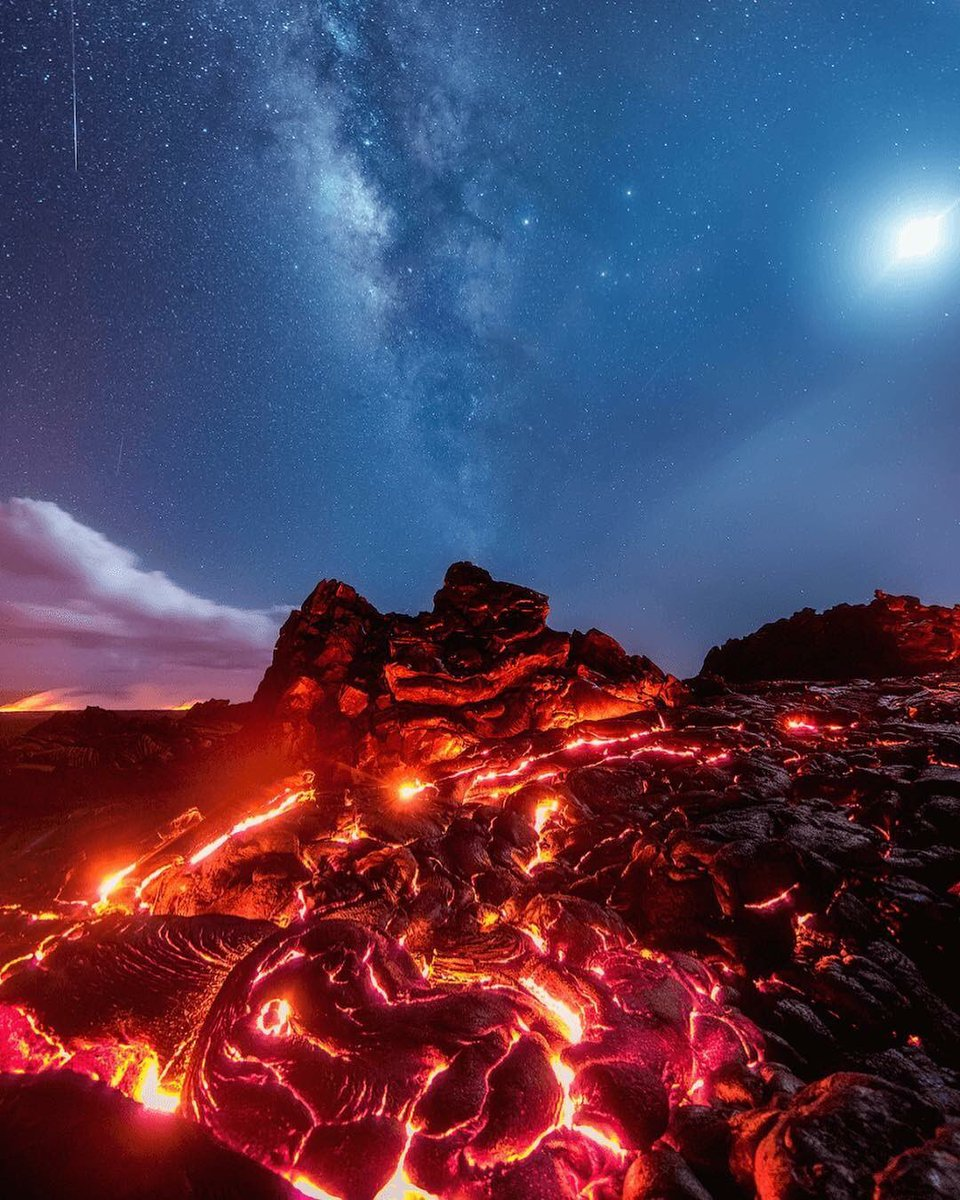 This photo contains lava, the Milky Way, a meteor and the moon, all in one shot. It was captured by photographer Mike Mezeul II Photography at Volcano National Park on the Big Island of Hawaii. Stunning!!! RT @CaliaDomenico<br>http://pic.twitter.com/QL2QtUKcgc