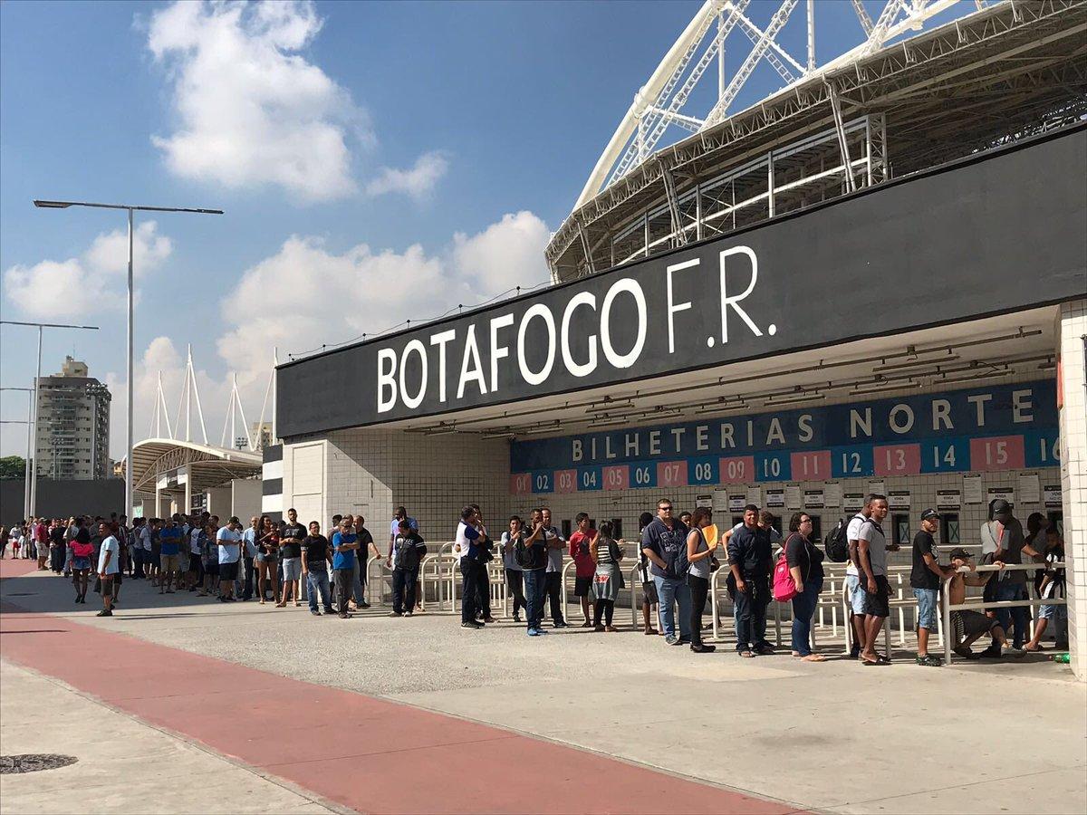 Já tem fila no Estádio Nilton Santos! Torcida chegando junto para comprar ingresso para BOTAFOGO x Nacional (PAR)! No estádio a venda é na bilheteria Norte, até 17h! #VamosVirarFogo #QueremosOBi