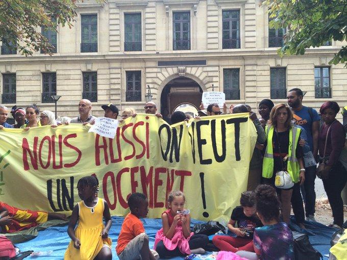 Paris : une action coup-de-poing du DAL devant le logement de Benalla DkkJIG4X0AAiS1x?format=jpg&name=small
