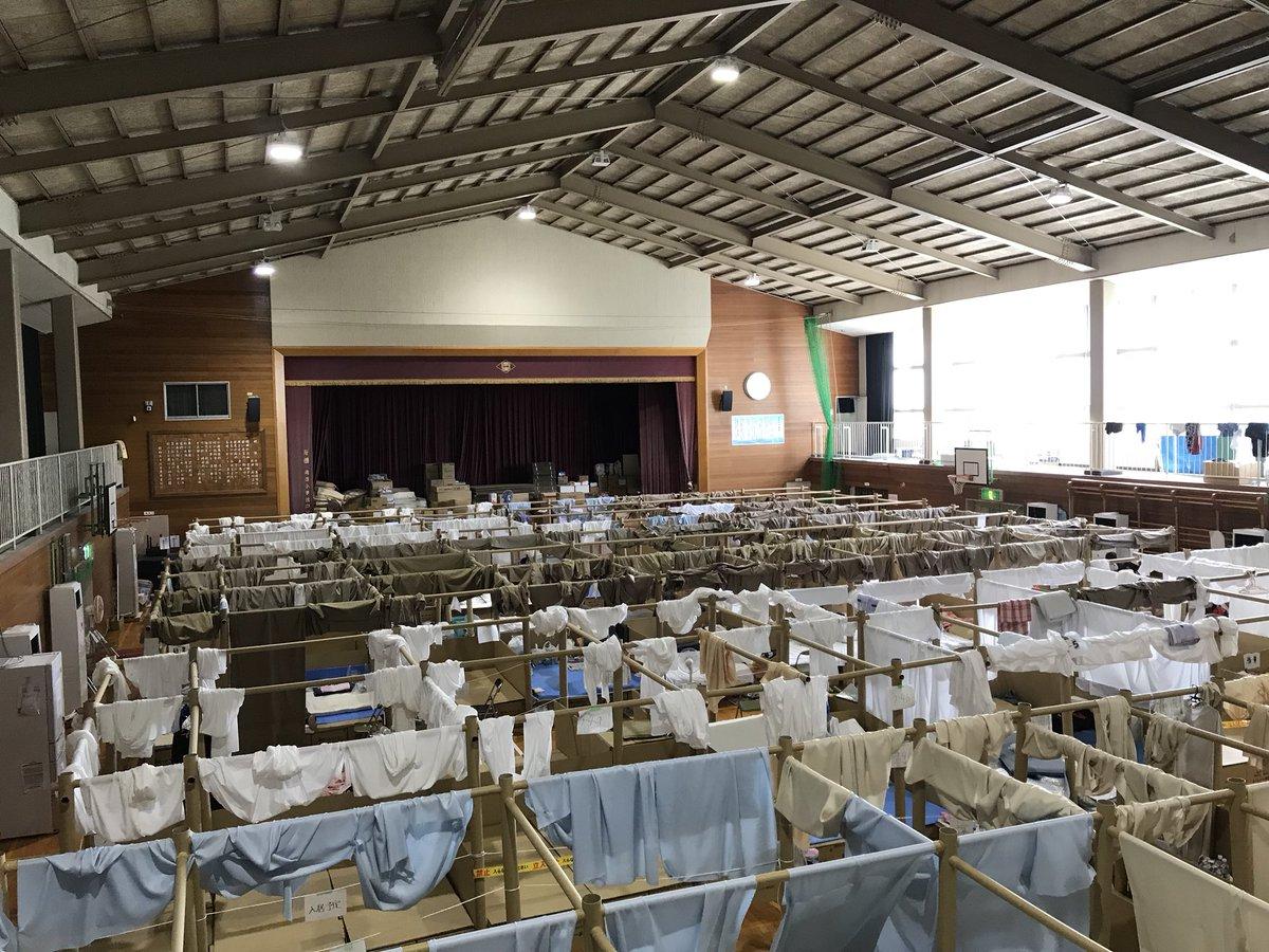 西日本豪雨の被災地を取材してきました。土地勘がある岡山・真備町です。かつての取材先から本当にいい話を聞けた。それはあとで原稿にするとして、まず、これが今日の避難所であるということをお伝えしたい。