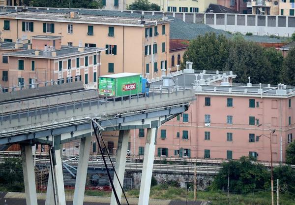 #Gênes  Le conducteur d'un camion a réussi à freiner in extremis lors de l'effondrement du viaduc.  'Le chauffeur va bien mais il est sous le choc '. Les photos du camion, arrêté à quelques mètres du vide ont fait le tour du monde.  Suivez le live https://t.co/ThAoNdOQSb: